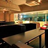 窓際のお席は外の風景もシーンの一部に楽しめる特等席。