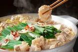 6時間煮込んで仕上げる源家特製鶏白湯スープで本気のもつ鍋を♪