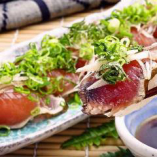 必食!名物・鰹たたきは塩、タレの2種類でお楽しみいただけます