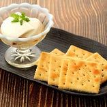 女性に大人気!自家製レアチーズ豆腐。