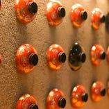 お椀で装飾された店内の壁面。落ち着いた和の雰囲気を演出!
