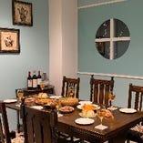 カラオケ付きの完全個室。調光機能でお好きな雰囲気にできます。