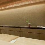 一枚板の大きな檜のカウンター席は、豪華で上質なひと時を演出。