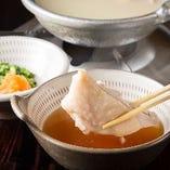博多華味鳥の旨味が凝縮されたスープがたまらない!自慢の水炊き