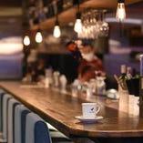 1~8名様までご利用可能な広々としたカウンター席。お1人でカフェタイムを楽しむのも良し、サクッと1人飲みを楽しむのも良し!