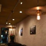照明などインテリアにもこだわった空間で、お食事とお料理を心ゆくまでご堪能ください。