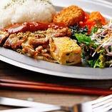 ニュー水玉プレート(本日のおかず盛り合わせ+ご飯+サラダ+スープ)