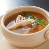 じっくり煮込んだ牛テールスープは、旨みが溶け込んだ深い味わい