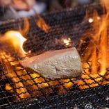 【藁焼き】 強い火力で外はパリッと中はレアに焼き上げます