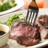 旨味が凝縮された肉厚なステーキ