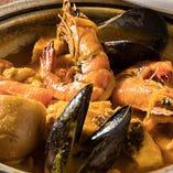 魚介の旨み詰まったブイヤベースは必食メニュー