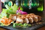 ベトナム版の焼き豚・レモングラスと五香のトッピング