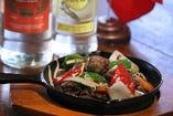 ベトナムの味付けで食べる牛肉のサイコロステーキ