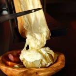 目の前でけずるラクレットチーズ。