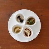 4種類のたれで食べる水餃子はSNS映え間違いなし!