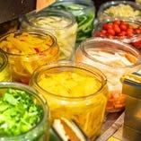 ビュッフェ台には新鮮な野菜も並び、野菜も自由に食べ放題♪