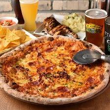 美味いビールと大きなピザで乾杯!