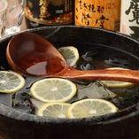 【バチ割り】 鉢に入った焼酎にレモンなどを浮かべたドリンク