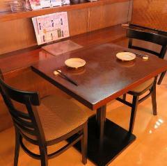 2名様用のテーブル席は意外と常連様を中心に人気のお席。