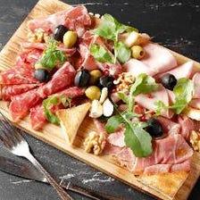 イタリア産ハム盛り合わせ オリーブとルッコラ添え