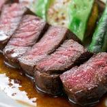 【ビーフステーキ】 赤ワインとエシャロットのソース。
