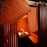 入り口は格子戸と暖簾があるのでプライベート感満載。《1階》テーブル半個室