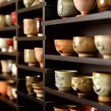 1階6名様個室には全国のお猪口が飾られています。ご希望がございましたらこちらのお猪口でも日本酒をお愉しみいただけます。