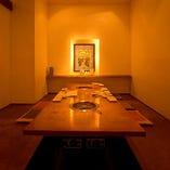 韓国風のモダンな個室をご用意しております。2部屋お使い頂ければ最大18名