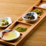 鴨焼きと合わせる薬味セット。あまり知られてはいませんが、清流である高知県仁淀川の上流で作られている山椒、実山椒、粉山椒などの5種類の薬味で召し上がって頂きます。