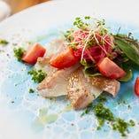 旬の魚を使ったレモンソースベースの鮮魚のカルパッチョ
