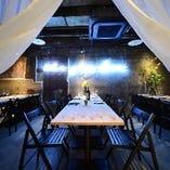 ネオンライトが映えるプライベート個室空間