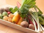 全国各地から選び抜かれた旬の食材を用いる。