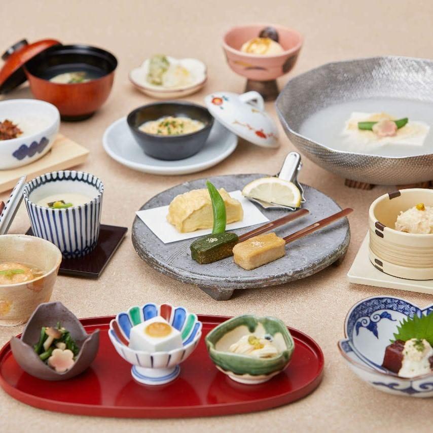 【梅の花膳】湯豆腐など梅の花の魅力が集結した懐石〈全14品〉4,500円(税込)