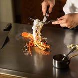 新鮮で肉厚のロブスターやオマール海老は、ぜひ焼きたてをご賞味ください