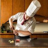お客様の目の前で調理し、焼きたての逸品を提供いたします