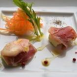 華やかな食事のスタートにふさわしい、彩り鮮やかな前菜盛り合わせ