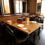 家族連れや宴会など多彩なニーズでご利用いただける1Fテーブル席
