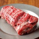 鉄板からはみ出る「ボンハラミ(ハラミの塊ステーキ) 」は写真映えするお肉です