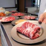 注文したお肉やサイドメニューは店内入口付近のカウンターにて提供します