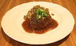 ビュッフェのメイン料理!「ジューシーポークハンバーグ」