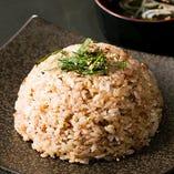 ご飯の定番「ガーリックライス」は普通盛りと大盛サイズがございます