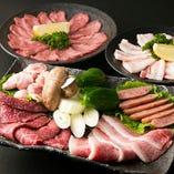 タン塩、豚バラ、カルビ、鶏モモ炙りロース、ウインナー、野菜焼きがセットになった「ワクワク盛り」