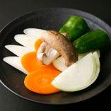 長ネギ、玉ネギ、人参、ピーマン、シイタケがセットになった「野菜巻き」