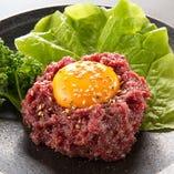 高級馬肉を使用した「桜ユッケ」は絶品