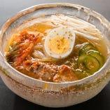 和牛から手間ひまかけ取る出汁のなかでも濃厚な一番出汁を使った「やいち冷麺」