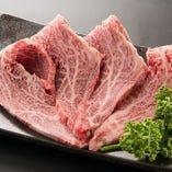 サシが強く脂の甘さもしっかりと楽しめる「カルビ」は焼肉の王様的存在です