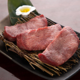 牛タンはこりこりとした食感が絶品。「上タン塩」、「タンスジ」、「厚切り角タン塩」、「タン塩」の中からお選びください