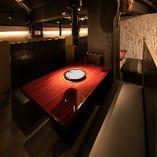 角テーブル席は無煙ロースターを照明で照らしております。煙が出にくく匂いがつきにくいのも魅力です