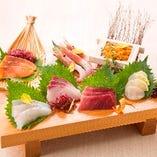 新鮮な海鮮を使用した和食。 雲丹箱付の刺身盛り合わせなど♪