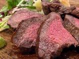 赤字覚悟のコスパを実現!目の前で切り分ける肉料理